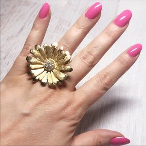 Pretty Large Goldtone Daisy Ring 6.5